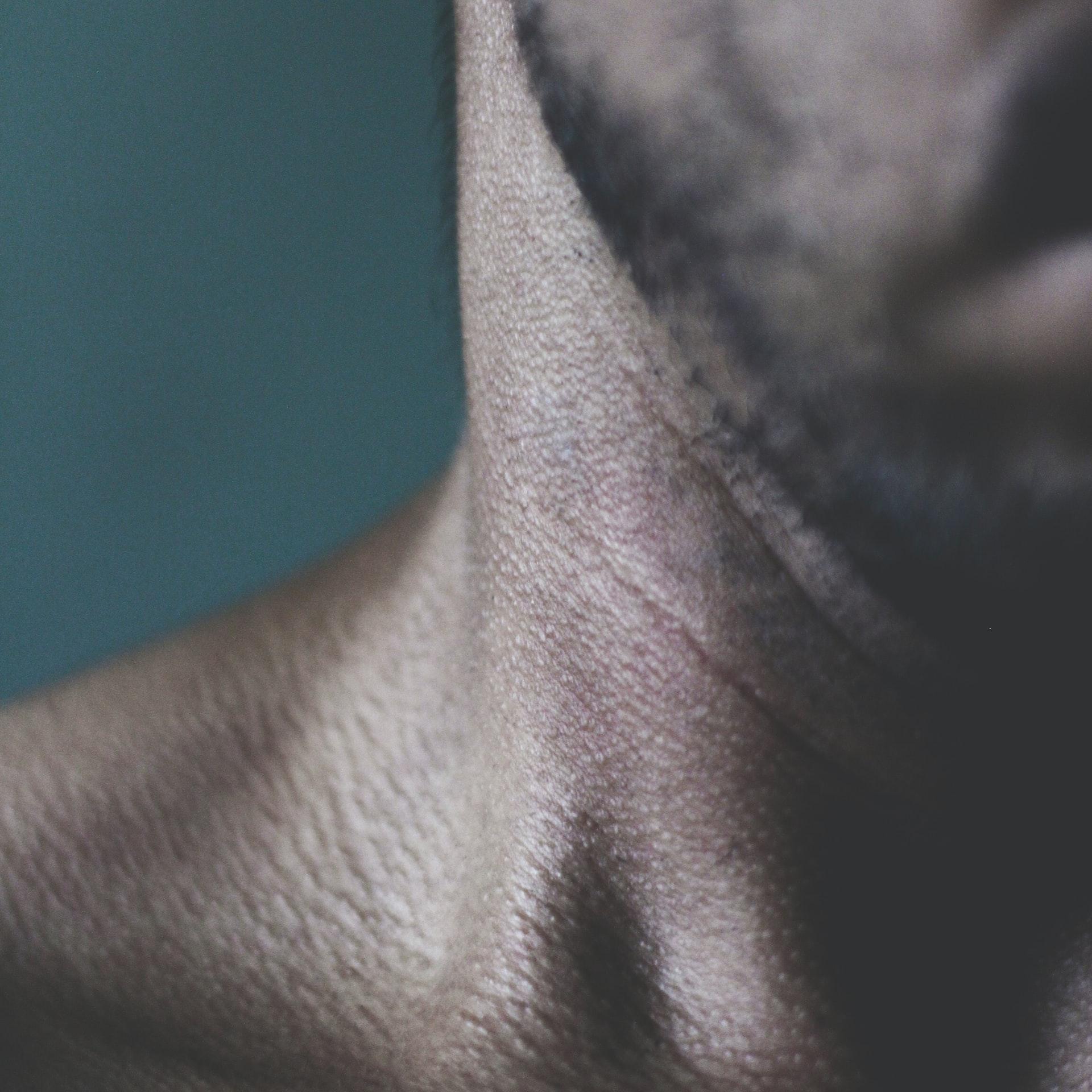 Alltägliche Ticks: Sich in Stresssituationen kratzen